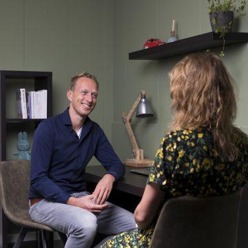 de osteopaat neemt het gesprek af in de praktijk van Fit and Care - Osteopathie