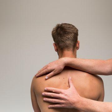 De osteopaat onderzoekt de cliënt met zijn klachten.