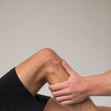 Sportosteopathie de osteopaat onderzoekt het hele lichaam om de oorzaak van de klacht te vinden